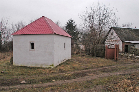 Another view of Tarashcha ohel