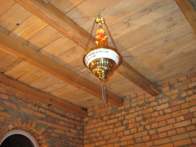 Ner Tamid chandelier in ohel of R Pinchas